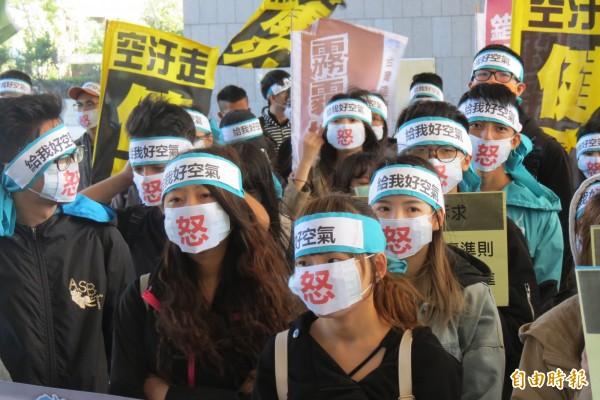 首發由東海大學60餘名師生戴上寫有「怒」字口罩,以無聲行動發聲,盼政府正視學生戴口罩上課的心情,重視空污改善。(記者蘇孟娟攝)