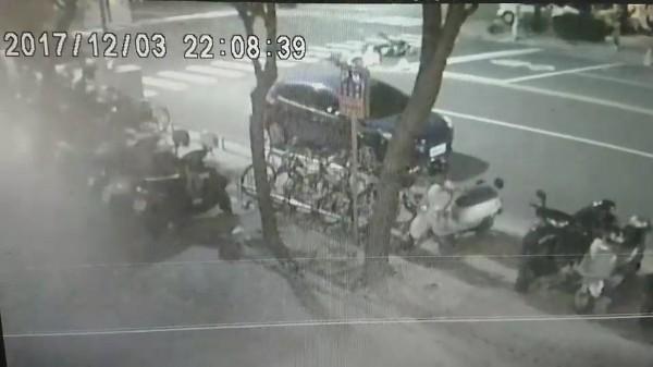 67歲黃姓老翁騎機車載妻返家途中,疑左轉遭後方同向郭姓少年無照騎乘機車追撞,肇責待查。(記者黃良傑翻攝)