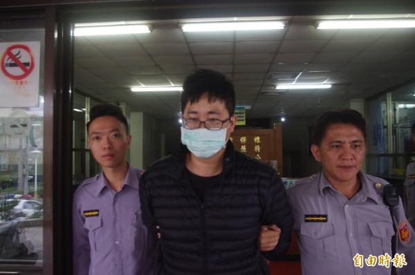 花蓮市張姓男子今被花蓮警方逮捕,追回市價23萬裸鑽。(記者王錦義攝)