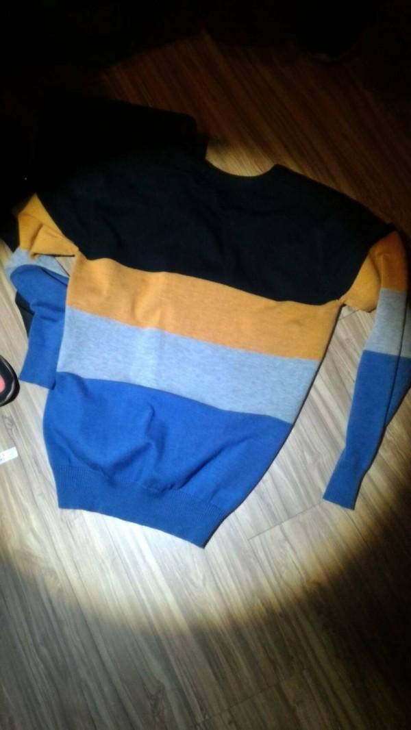 員警在蕭姓車手投宿旅館房內起出其做案時所穿條紋上衣。(記者蔡宗勳翻攝)
