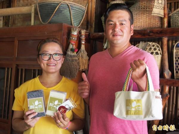 呂文龍(右起)、劉美君夫婦與其他阿美族小農結合,推出「阿米思」關山原米組合。(記者王秀亭攝)