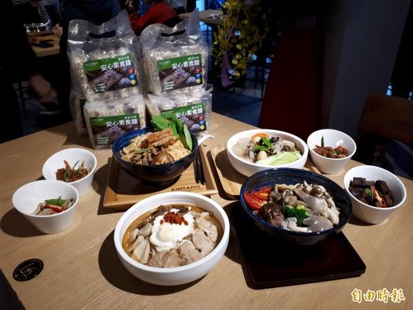 為滿足饕客在家也能吃到好吃手工麵,店內也推出外袋包的「安心素食麵」。(記者洪美秀攝)