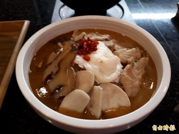 何首烏麵則選用素羊肉搭配新鮮蔬菜和手工麵條,有滋陰補陽功效。(記者洪美秀攝)