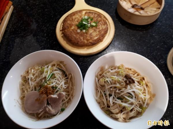 新竹市「禮面作」麵食館推出各種麵食,有冬季限定及平價麵食套餐,還有台式披薩麵線煎。(記者洪美秀攝)