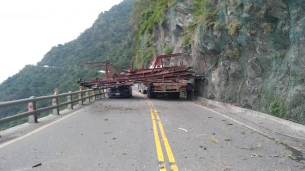 一輛拖板車行經蘇花公路時,車上載的鋼架忽然脫落,砸到自小客車,所幸無人員傷亡。(記者張議晨翻攝)