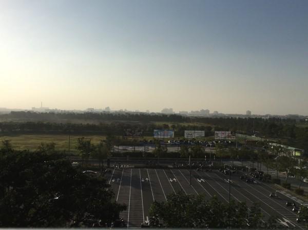 嘉義高鐵站望向遠方一片霧濛濛。(民眾提供)