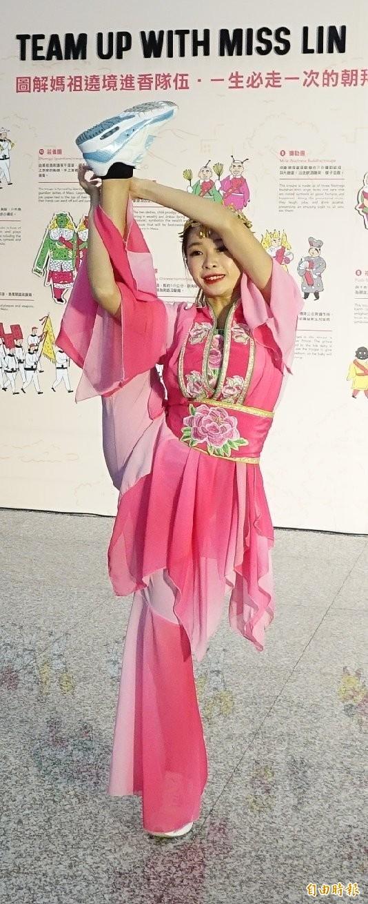桃機展出「Hello, Miss Lin」 媽祖文化特展,中華文化總會用數位互動及中英文讓出境的國內外旅客都可以清楚瞭解台灣的媽祖文化,今天舉行啓用典禮,跳鼓陣開場。(記者姚介修攝)