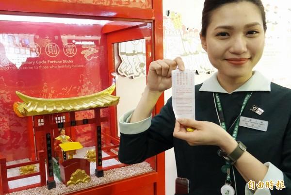 桃機展出「Hello, Miss Lin」 媽祖文化特展,旅客可以虔誠拜拜求籤。(記者姚介修攝)