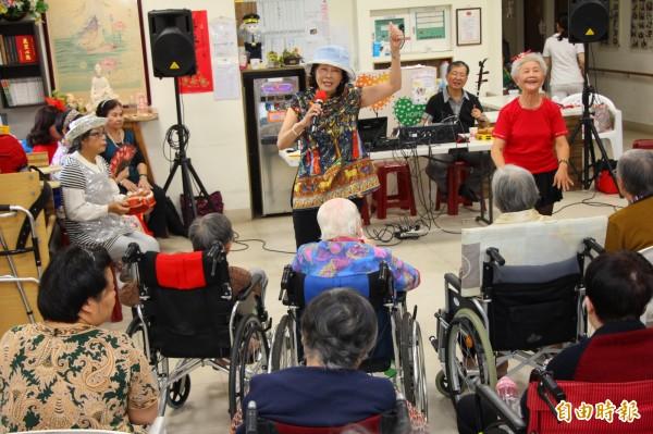 老仙覺樂團巡迴養護中心。(記者黃旭磊攝)