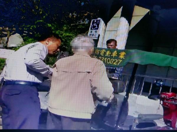 老人家後來把錢匯進兒子帳戶才由員警護送回家。(中興警分局提供)