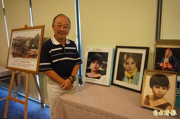 嘉義縣新港鄉東洋照相館第2代老闆李文攸,用攝影技巧擄獲妻子葉桂芳的芳心,由右往左數第2、3幅,是他為妻子在26、36歲拍攝的人像照片。(記者曾迺強攝)