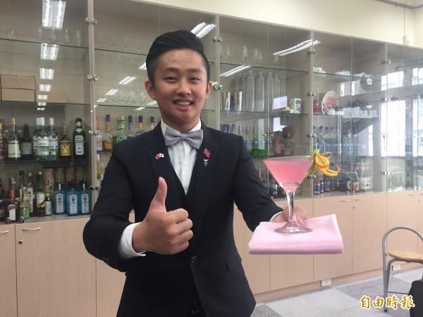 東專學生蔡威廷調酒賽獲沖繩會長奬。(記者張存薇攝)
