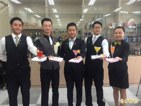 蘇韋綸(左一起)、陳丁源、蔡威廷、蘇毅家、尤毓鈞在金樽盃國際調酒賽獲佳績。(記者張存薇攝)
