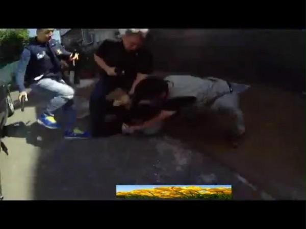 調查局北機站調查官持槍,喝斥收貨的張姓嫌犯等人並壓制在地後逮捕。(記者林嘉東翻攝)