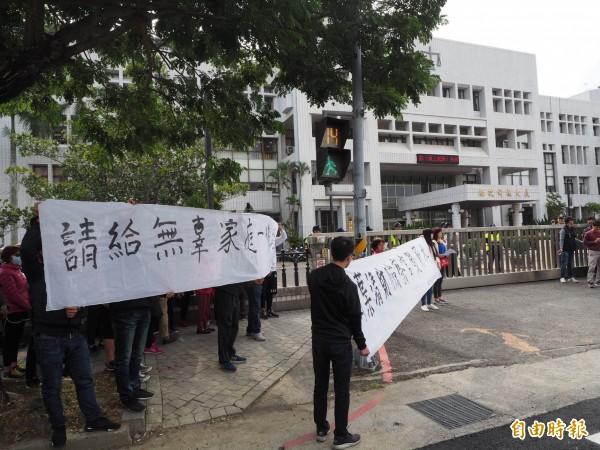 寶島時代村員工在南投地檢署圍牆外舉白布條。(記者陳鳳麗攝)