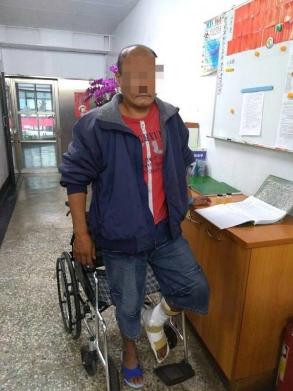 謝姓男子偷車行竊,失風摔車被警方在醫院逮捕。(記者黃佳琳翻攝)