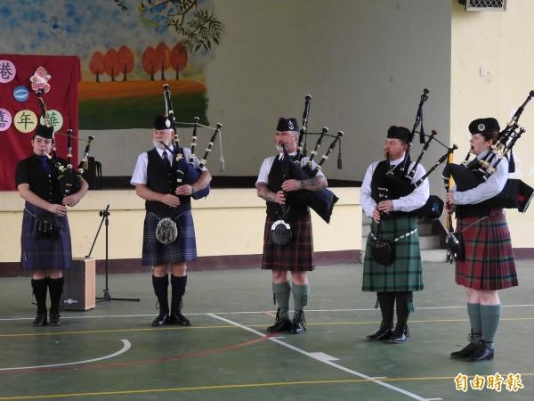 星光國際故事音樂嘉年華,為埔里鎮史港國小學童帶來難得一見的蘇格蘭風笛演出。(記者佟振國攝)