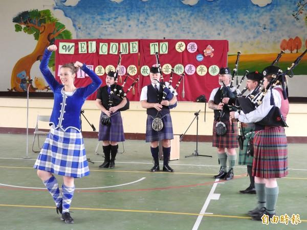 傳統蘇格蘭風笛演奏搭配高地舞蹈。(記者佟振國攝)