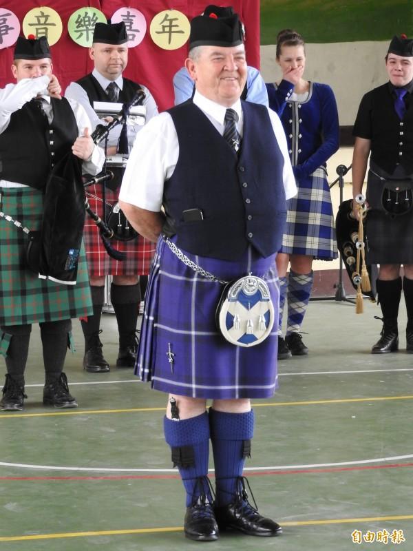 團長Peter展示傳統蘇格蘭服飾與配件,也笑稱他真的遵循傳統沒穿內褲。(記者佟振國攝)