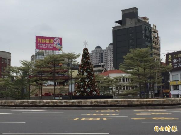 8日晚上將由林智堅與副總統陳建仁在東門城廣場為耶誕樹點燈。(記者王駿杰攝)