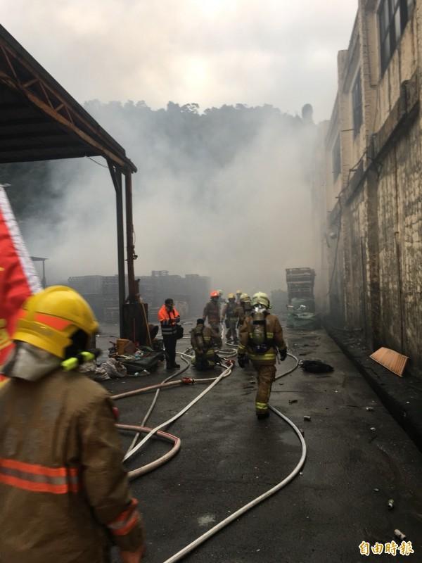基隆市基金三路「願淶」環保公司今天下午2時20分發生火警。(記者林嘉東攝)