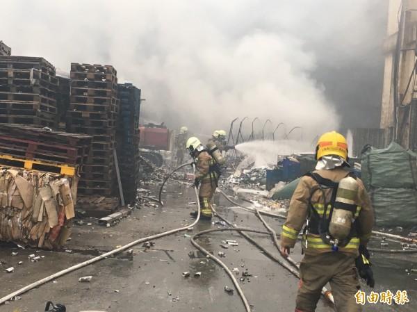 2名員工疑在廠區整理資源回收物遭波及,手腳等多處灼傷,消防員灌救中。(記者林嘉東攝)