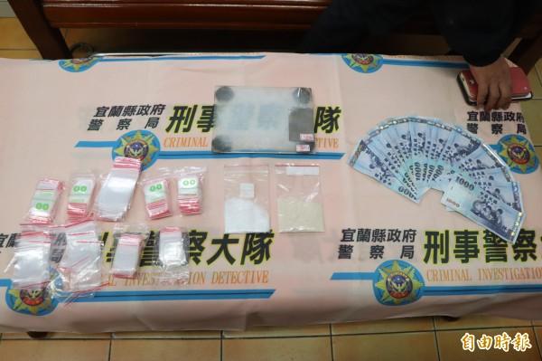 黃男暴力討債集團還被警方查出含有K他命及MDMA的毒咖啡包18.2克、K他命35克、K盤及不法獲利1萬4000元整,疑似有在販毒。(記者林敬倫攝)