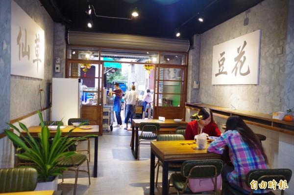 一銀仙草從路邊攤改為店面,成為文青熱門拍照的美食景點之一。(記者王善嬿攝)