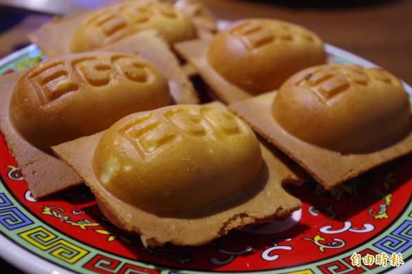 雞蛋糕內餡除招牌卡士達口味,還有咖哩等限定口味。(記者王善嬿攝)