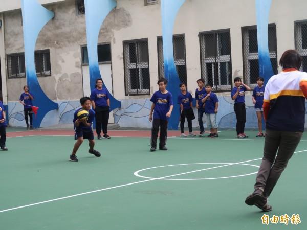 看到嶄新的球場啟用,小朋友迫不急待要打球;更說,現在一下課就往球場衝,因為實在太棒了。。(記者洪美秀攝)