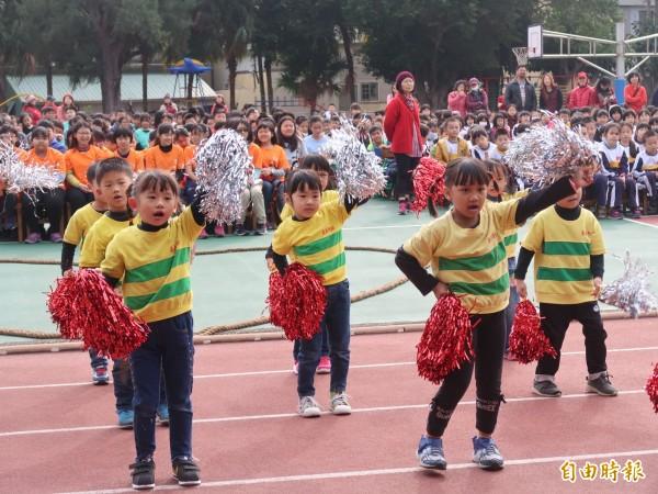新竹市南寮國小明年一百歲生日,由學生表演節目,祝賀學校明年100歲。(記者洪美秀攝)