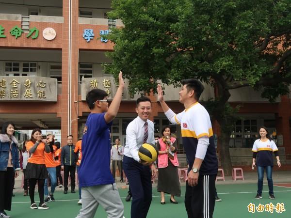 新竹市南寮國小的三座運動場大翻修,今天啟用,由市長林智堅開球。(記者洪美秀攝)
