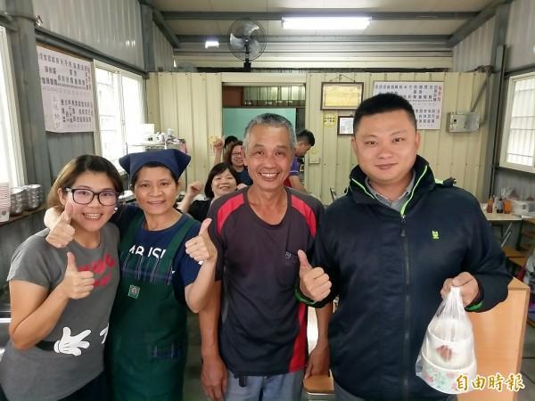 集集鎮經營素食的餐飲業者陳至善(右二)在全鎮建醮期間提供免費素食,讓上門的民眾(右一)相當驚喜。(記者劉濱銓攝)