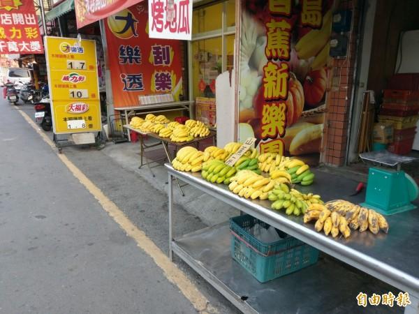 集集辦理建醮,全鎮「封山禁水」,大街上雖有販售香蕉,但都是前一天收割下來的。(記者劉濱銓攝)