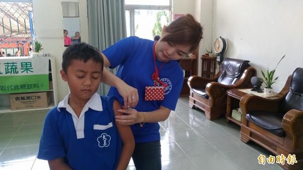 為提高國小學童的接種率,台東各鄉鎮衛生所醫護人員前進校園施打流感疫苗。(記者王秀亭攝)