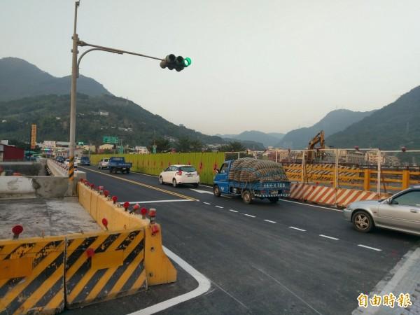 省道台16線水里中山橋重建工程,下游端橋梁已完工,今天開放雙向通行。(記者劉濱銓攝)