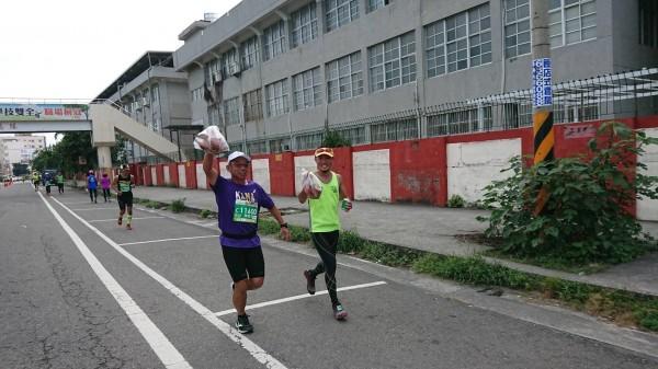 虎尾馬路跑還外帶全雞,被跑友讚為史上最狂馬拉松。(廖姓跑友提供)