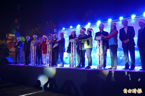 雲林縣長李進勇與各鄉鎮長今晚在斗六市民生南路柚子公園舉辦耶誕點燈。(記者詹士弘攝)