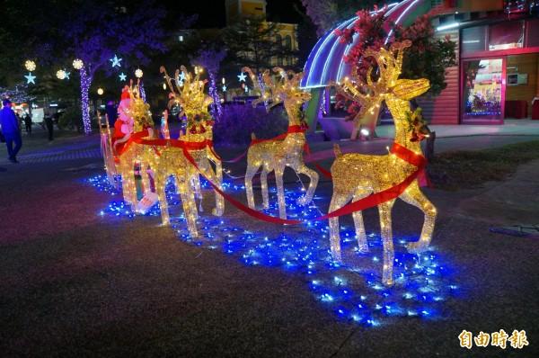 麋鹿拉雪橇與耶誕老人的大型光裝置藝術。(記者詹士弘攝)