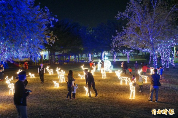 整個公園都是光裝置藝術,充滿耶誕氣氛。(記者詹士弘攝)
