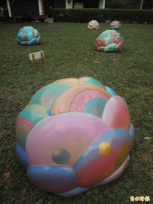 「繁花盛開的世界」新瓦屋冬季裝置藝術展,節日起展出到明年3月5日;適逢春節,藝術家也以豐富色彩傳達年節祝福寓意。(記者廖雪茹攝)
