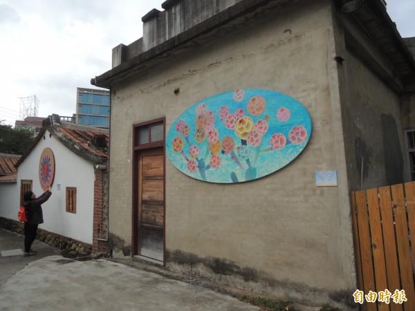 「繁花盛開的世界」裝置藝術展以花球為特色,妝點新瓦屋老屋,同時也呼應新竹縣的縣花「茶花」。(記者廖雪茹攝)