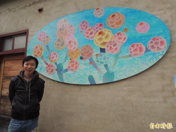 藝術家黃柏勳以大茶花球元素創作的作品「牽手樹」。(記者廖雪茹攝)