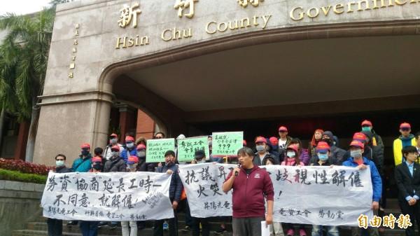 昇陽光電今天勞資爭議再度協調無果,進場協調前,昇陽光電的工會再度拉白布條抗議。(記者黃美珠攝)