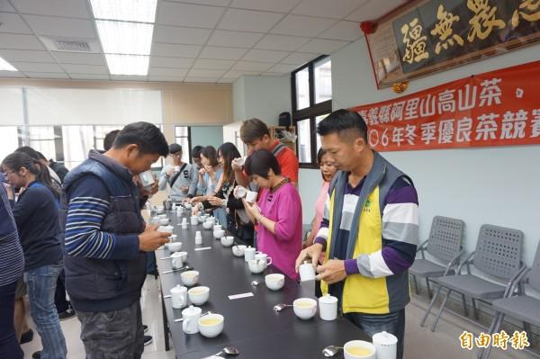 梅山鄉農會在冬茶競賽結束後,開放民眾進評審室品嘗得獎茶湯、嗅聞茶葉香氣。(記者曾迺強攝)