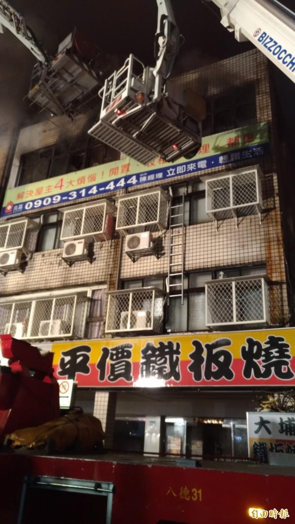 八德路四段出租公寓4樓起火。(記者鄭景議攝)