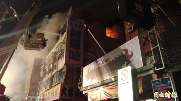 台北市松山區八德路四段上一處出租公寓4樓起火,火勢猛烈,濃煙瀰漫。(記者鄭景議攝)