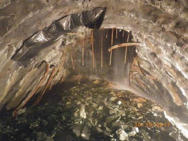 蘇花改工程谷風隧道,今年10月碰到動工以來最大抽坍意外,逾萬立方公尺土石湧入隧道,當場掩埋一部挖土機及鑽堡。(蘇花改工程處提供)