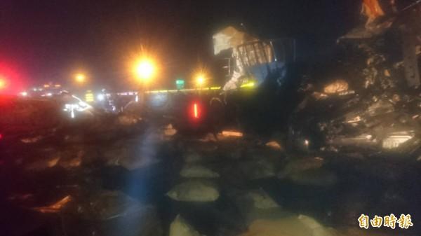 兩輛拖板車發生相撞意外。(記者林宜樟攝)