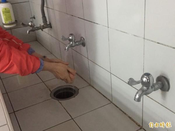 提升自來水普及率,明年起新措施將減輕民眾負擔。(記者張存薇攝)